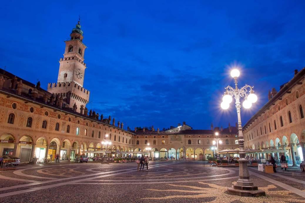 ID243_Piazza-Ducale-Vigevano_01_(Fotolia)
